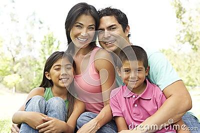 Retrato de la familia joven en parque