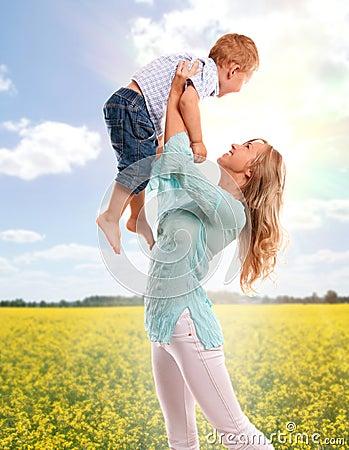 Retrato de la madre feliz con el hijo alegre