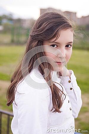 Retrato de la muchacha hermosa en el parque