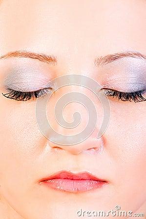 Retrato de la mujer con los ojos cercanos