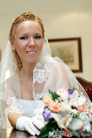 Retrato de la novia con el ramo en manos dentro
