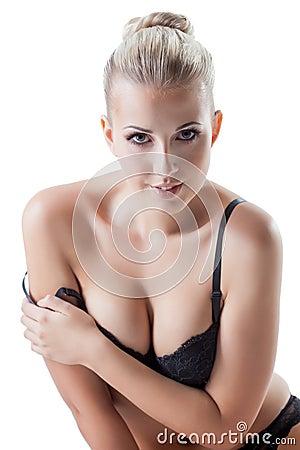 Retrato de la presentación rubia joven sensual en la cámara