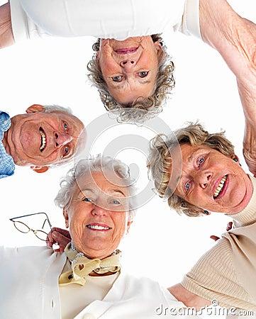 Retrato de las personas mayores que muestran el trabajo de las personas
