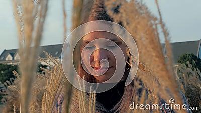 Retrato de linda jovem com flores no campo Hora de ouro filme