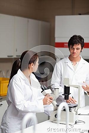 Retrato de los estudiantes apuestos de una ciencia
