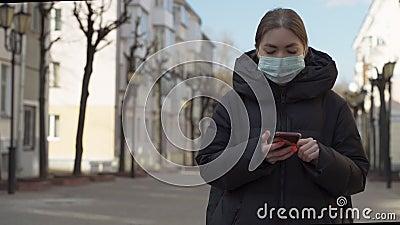 Retrato de mujer con máscara protectora usando smartphone en calles europeas vacías Salud y seguridad, N1H1 almacen de metraje de vídeo