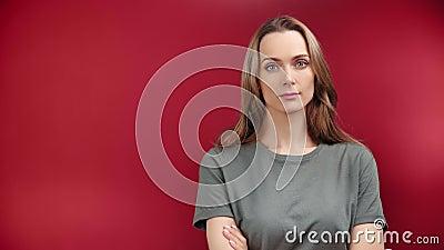 Retrato de mujer hermosa doméstica mostrando gesto tranquilo con la calma emoción cerrada almacen de metraje de vídeo