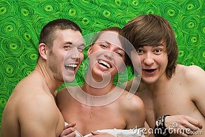 Retrato de três jovens de sorriso
