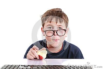 Retrato de um adolescente com um teclado