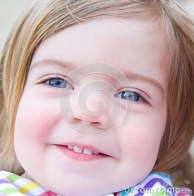 Retrato de um bebé de sorriso.