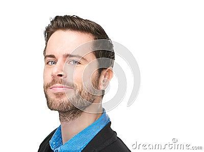 Retrato de um homem caucasiano atrativo com sorrir forçadamente em sua cara