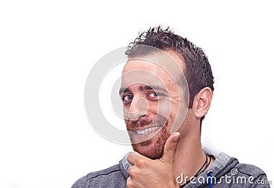 Retrato de um homem novo feliz