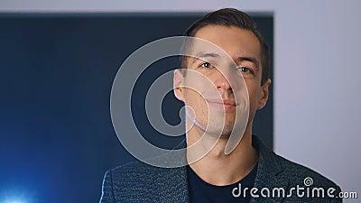 Retrato de um jovem empresário profissional sorrindo confiante em uma câmera desfrutando do estilo de vida executivo vídeos de arquivo
