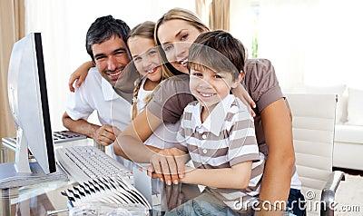Retrato de uma família de sorriso em um computador
