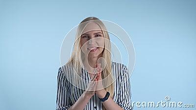 Retrato de uma jovem sorridente aplaudir alguém filme