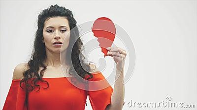 Retrato de uma mulher bonita em um fundo branco O dia de Valentim mau O conceito, o modelo guarda um quebrado vermelho video estoque