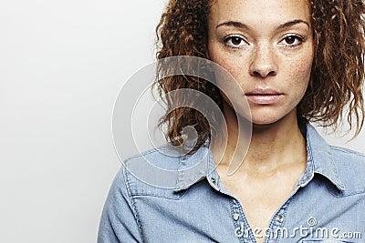 Retrato de uma mulher nova no estúdio