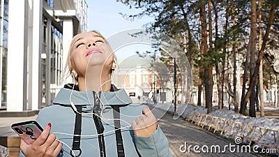 Retrato de uma mulher relaxada respirando profundamente num parque da cidade de primavera vídeos de arquivo
