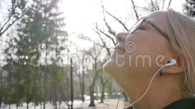 Retrato de uma mulher relaxada respirando profundamente num parque da cidade de primavera filme