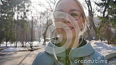 Retrato de uma mulher relaxada respirando profundamente num parque da cidade de primavera video estoque