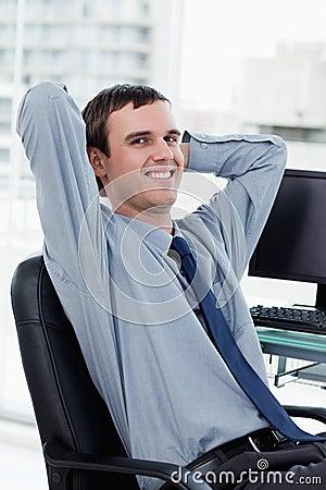 Retrato de un encargado sonriente que se relaja