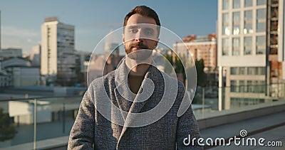 Retrato de un exitoso hombre de negocios en la ciudad que disfruta de un estilo de vida urbano profesional a cámara lenta Toma de metrajes