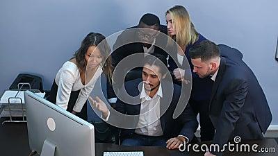 Retrato de un grupo de hombres de negocios multirraciales que trabajan junto en una reunión almacen de video