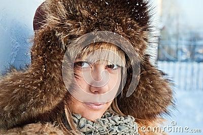 Retrato de un invierno de la muchacha.