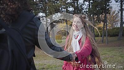Retrato de una joven caucásica joven liderando un hombre irreconocible con el pelo largo Mujer sonriente sosteniendo novio almacen de video