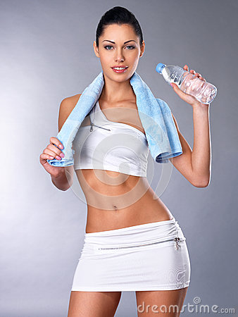 Retrato de una mujer sana con agua y la toalla.