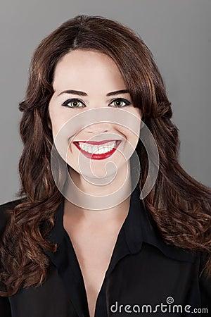 Retrato de una mujer sonriente dentuda feliz hermosa