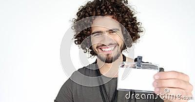 Retrato del fotógrafo que muestra el documento de identidad metrajes