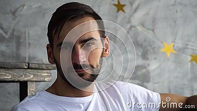 Retrato del hombre barbudo en la mirada blanca del shitr de t in camera con censura almacen de metraje de vídeo