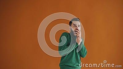 Retrato del hombre joven asustado que mira la cámara con miedo y gesticular almacen de video