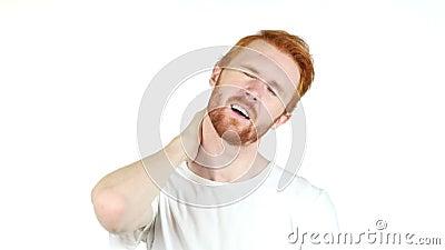 Retrato del hombre rojo del pelo que tiene dolor de cuello, sintiendo fondo agotado, blanco