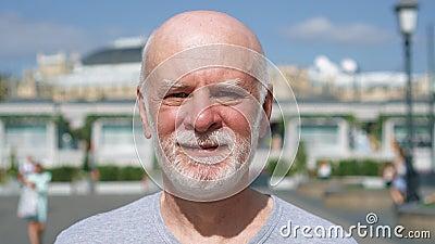 Retrato del hombre sonriente que se coloca al aire libre de mirada de la cámara Pensionista que viaja en Moscú, Rusia almacen de metraje de vídeo