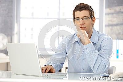 Retrato del oficinista con la computadora port til for Follando a la oficinista