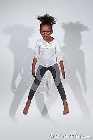Retrato del salto joven de la muchacha del afroamericano
