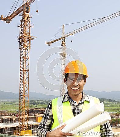 Retrato del trabajador de construcción en el emplazamiento de la obra