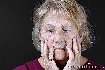 Retrato detallado de una mujer mayor triste