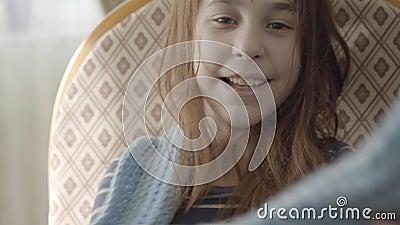 Retrato do adolescente bonito positivo que decola o len?o azul morno de seu pesco?o e que joga o acima, sorrindo vídeos de arquivo