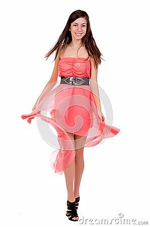Retrato do adolescente em um vestido vermelho
