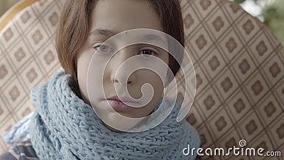 Retrato do adolescente envolvido no lenço morno A menina sente m?, ? doente e tem uma febre conceito dos cuidados m?dicos filme