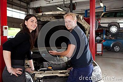 Retrato do cliente e do mecânico felizes