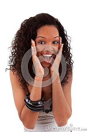 Retrato do close up de uma mulher preta nova surpreendida