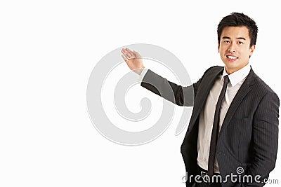 Retrato do estúdio de gesticular chinês do homem de negócios