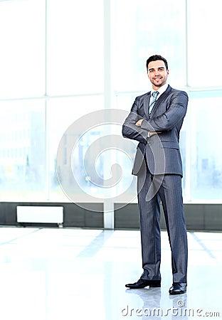 Retrato do homem de negócio alegre de sorriso feliz novo