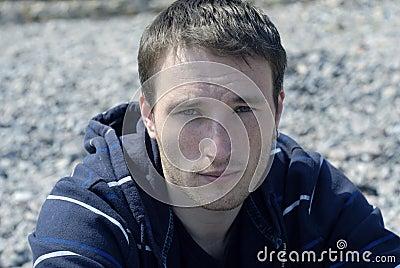 Retrato do homem novo freckled