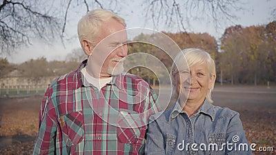 Retrato do sorridente casal europeu sênior a olhar para a câmara e um para o outro Família Cáucaso Madura em pé video estoque