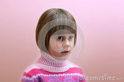 Retrato do surpreendido quatro anos de menina idosa